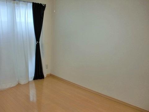 何にもものがないシンプルな寝室