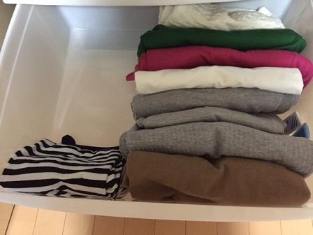 服の収納ボックスはスカスカ