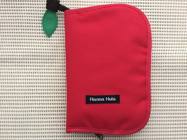 母子手帳用に購入したハンナフラのりんごのマルチケースM(レッド)1
